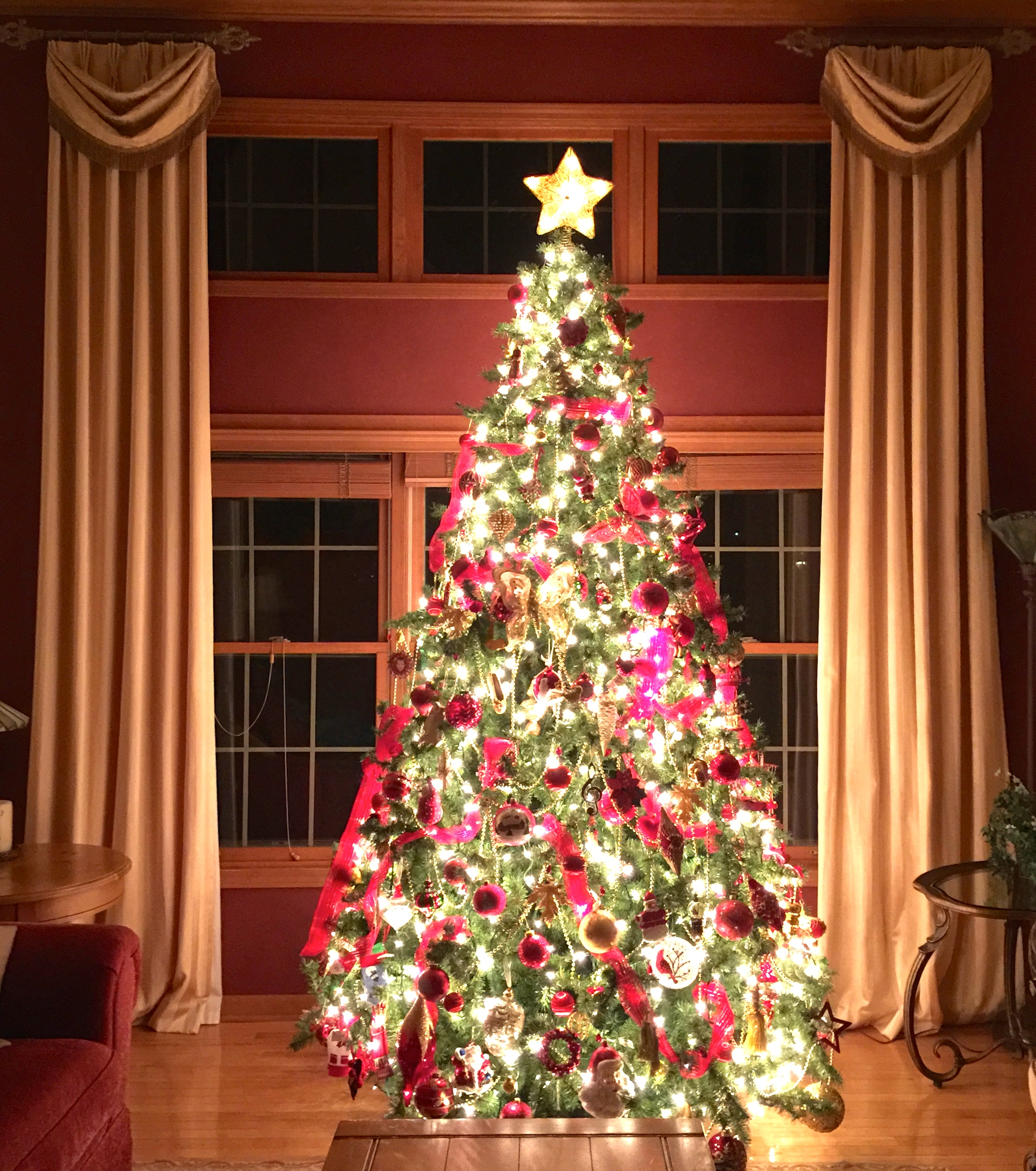 Decorating the Christmas Tree: A Little Thing I Love